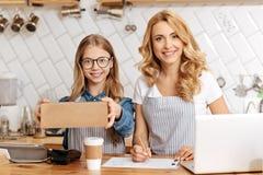 可爱的准备好母亲和的女儿发布命令 免版税库存照片