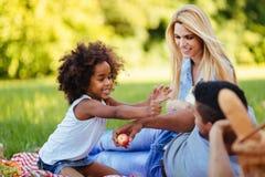 可爱的加上的图片有他们的女儿野餐 库存图片