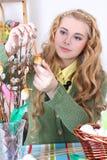 可爱的十几岁的女孩用复活节彩蛋和猫杨柳 库存照片