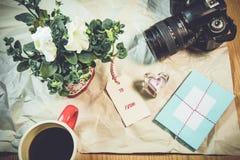 可爱的卡片,标记,喇叭花,在皱痕白皮书的心脏形状 库存图片