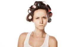 可爱的卷发的人女孩头发主妇查出好的红色路辗工作室白人妇女年轻人 免版税库存图片