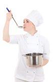年轻可爱的厨师妇女画象制服的有平底锅口味的 免版税库存照片