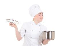 年轻可爱的厨师妇女画象制服的有平底锅isol的 免版税库存图片