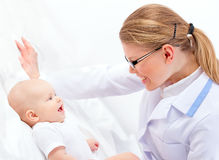 可爱的友好的妇女医生Therapist Examines Baby Tummy 库存图片