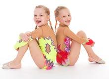 可爱的双女孩体操运动员。 图库摄影