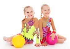 可爱的双女孩体操运动员。 库存图片