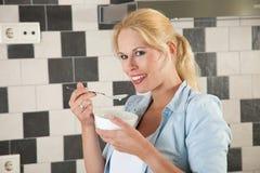 可爱的吃的健康妇女 库存照片