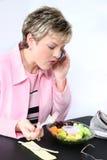 可爱的吃的新鲜水果妇女 免版税库存照片