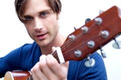 可爱的吉他演奏员 免版税库存照片