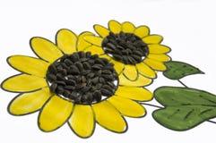 可爱的向日葵的手工制造图片 绘与黄色和绿色树胶水彩画颜料和被胶合的黑种子 在白色背景的艺术 图库摄影