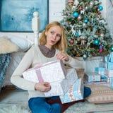 可爱的哀伤的女孩得到圣诞节的礼物 免版税库存图片