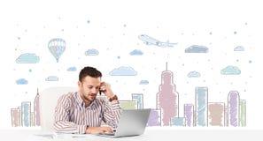 可爱的商人有城市天空scape背景 免版税库存照片