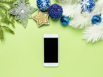 可爱的圣诞快乐和新年快乐2019年背景,与在绿色背景的手机 库存图片