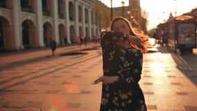 可爱的在晚上日落街道的女孩疯狂的跳舞 影视素材