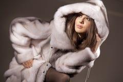 可爱的外套毛皮妇女 免版税库存图片