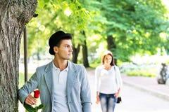 可爱的夫妇在一个浪漫日期在公园 免版税库存照片