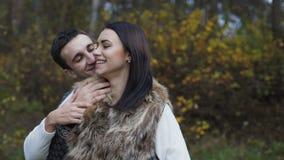 可爱的夫妇在容忍、微笑和亲吻软软地站立 4K 股票录像