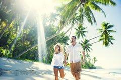 可爱的夫妇在海滩天堂 免版税库存照片