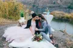 可爱的夫妇新婚佳偶笑并且微笑愉快和快乐的片刻 秋天户外婚礼 时髦的新娘和 库存图片