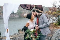 可爱的夫妇新婚佳偶笑并且微笑愉快和快乐的片刻 秋天户外婚礼 时髦的新娘和 库存照片
