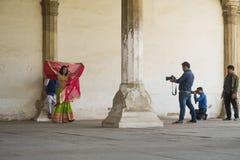 可爱的夫妇红色堡垒婚礼射击在莎丽服的 免版税库存图片