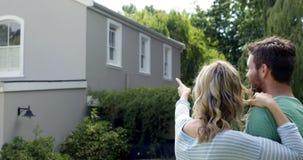 年轻可爱的夫妇谈话在庭院里 股票录像