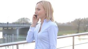 可爱的女商人通勤者谈话在走在城市的电话 影视素材