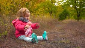 可爱的女婴坐地面 股票录像