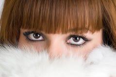 可爱的女孩佩带的白色毛皮 库存照片