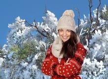 可爱的女孩和一个下雪的结构树 库存图片