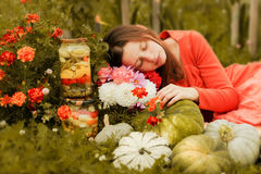 可爱的女孩和她的秋天收获 库存照片