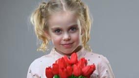 可爱的女孩嗅到的花,享受春天、阴物和柔软 股票录像