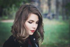 可爱的女孩在公园 有长的鲍伯头发的俏丽的妇女 图库摄影