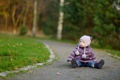 可爱的女孩在公园 免版税库存图片