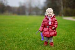 可爱的女孩在公园 图库摄影