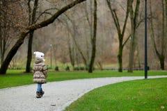 可爱的女孩在公园 库存照片