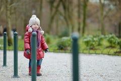 可爱的女孩在公园 免版税库存照片