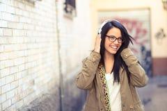 年轻可爱的女孩在都市背景中 库存图片
