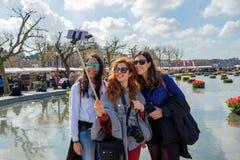 可爱的女孩在阿姆斯特丹采取一selfie 免版税图库摄影