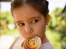 可爱的女孩少许棒棒糖 免版税库存图片
