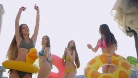 可爱的女孩快乐的公司到游泳衣里获得乐趣在游泳池附近在昂贵的手段在周末期间 股票录像
