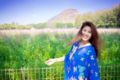 可爱的女孩画象波斯菊领域的 愉快的微笑 旅行 免版税库存照片