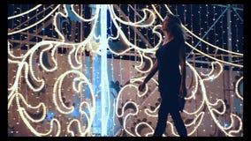 可爱的女孩穿过城市走在充分的成长的圣诞节 影视素材