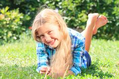 可爱的女孩草位于的一点 免版税库存照片