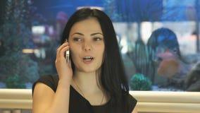 可爱的女孩谈话在手机 股票视频
