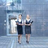 可爱的女实业家二个年轻人 免版税库存图片