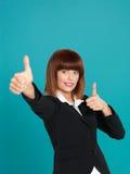 可爱的女实业家好的显示的符号年轻人 免版税库存图片