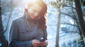 可爱的女实业家室外与手机 股票视频