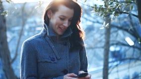 可爱的女实业家室外与手机 股票录像