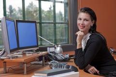 可爱的女实业家微笑的年轻人 免版税库存照片